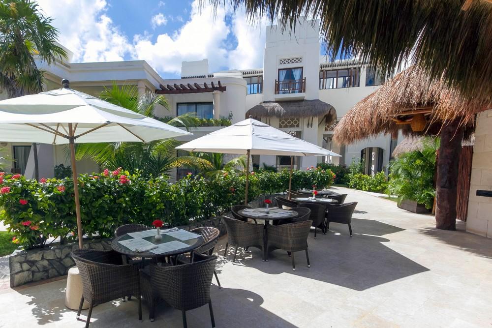 Azul Beach, the restaurants