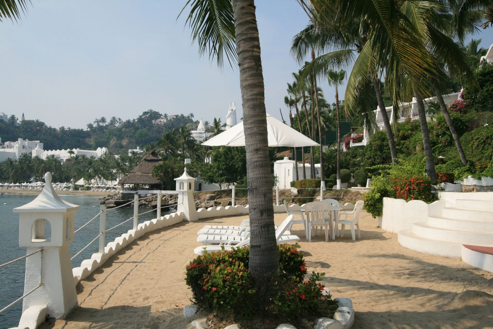 Dolphin Cove Inn, Manzanillo, the beach